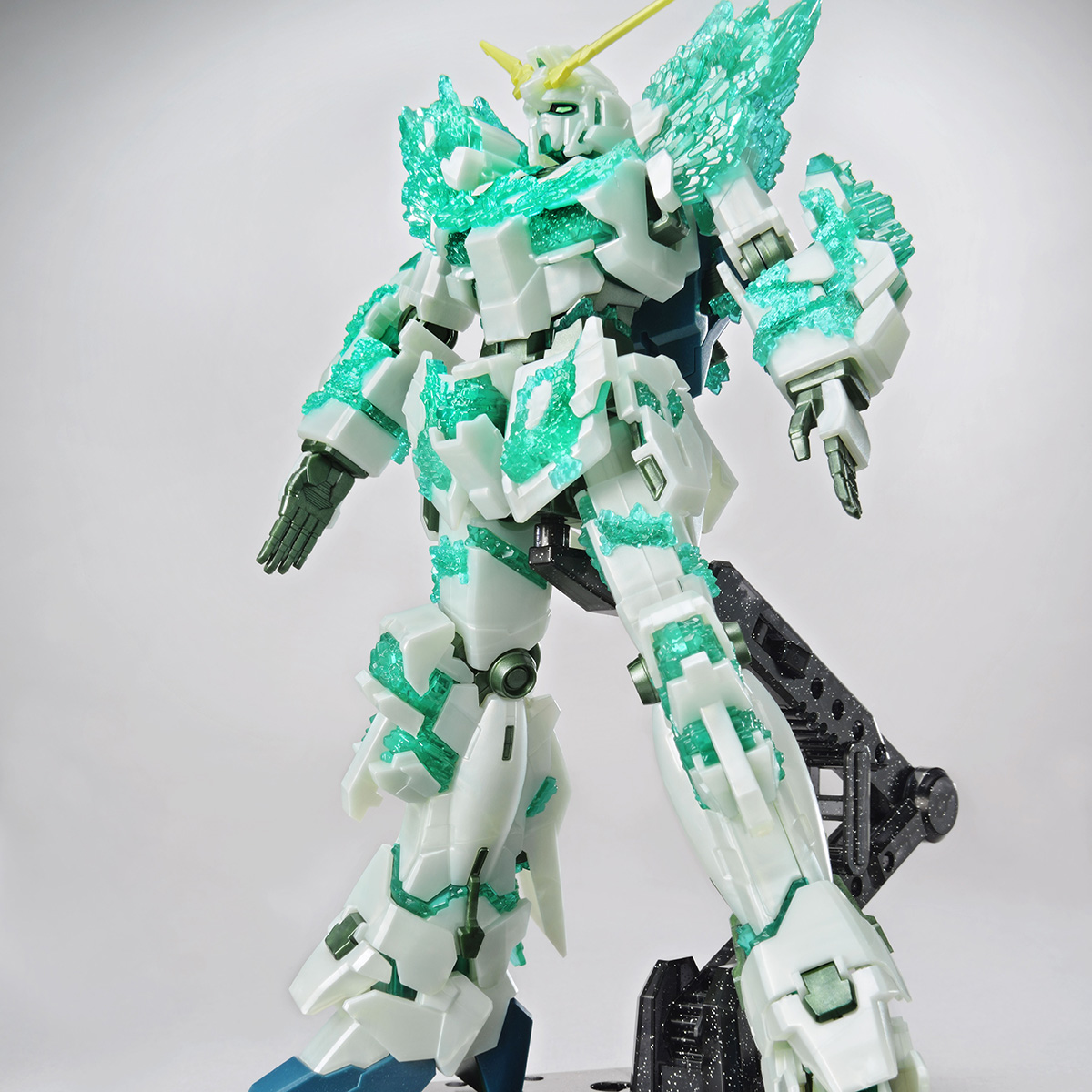 HG 1/144 THE GUNDAM BASE LIMITED UNICORN GUNDAM (LUMINOUS CRYSTAL BODY)[Sep 2020 Delivery]